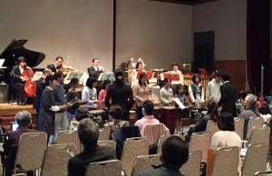 音楽感受合奏団と一緒に演奏を楽しむ参加者のみなさん
